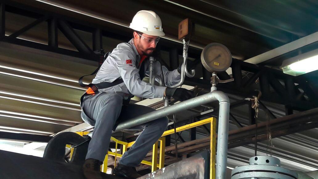 Um de nossos especialistas aplicando soluções industriais em campo